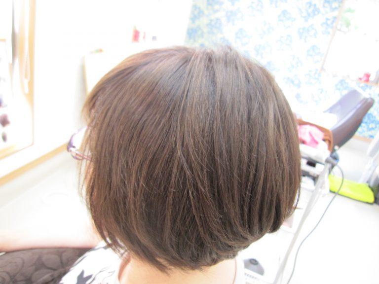 くせ毛で広がる髪のボリュームやうねりをおさえて